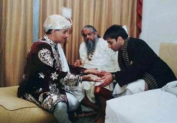 Anupam V Kapil reading great magician PC Sorcar's palms