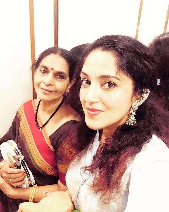 RJ Lavanya with her mother Priya Ballal